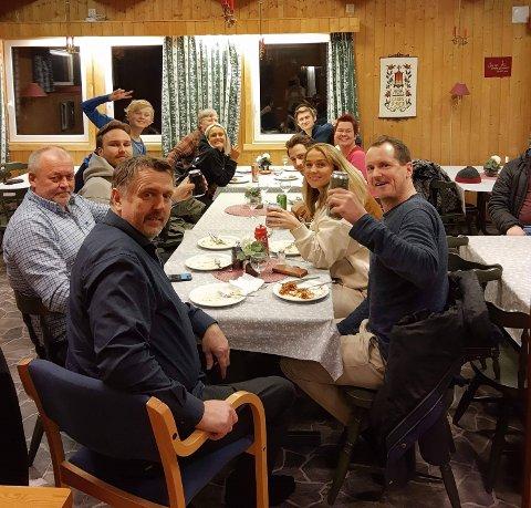 På lørdag var Farmen-deltagerne bedt på middag med idrettslaget i Lakselv. Dette har i senere tid skapt reaksjoner på grunn av mulig brudd på smittevernreglene. På bildet ser man Per Gunvald Haugen (t.h) med 9 andre Farmen-deltakere.