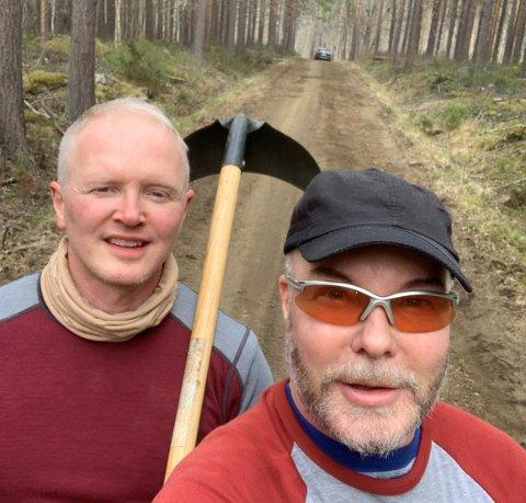 IKKE VEIRETT: Ekteparet Frode Molund Haugen og Svein Morten Aune har bygd seg hytte i Saltdal. Men veien som fører til hytta, har de ikke rett til å bruke. Bildet tatt under dugnad på veien. F.v: Svein Morten Aune og Frode Molund Haugen.