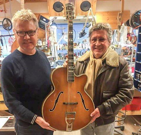 Gitar med nytt liv: Dag Sundby (til venstre) hadde en gammel Höfnergitar som Svein Finjarn fikk kjøpt billig. Nå har den fått nytt liv hos Øivin Fjeld.