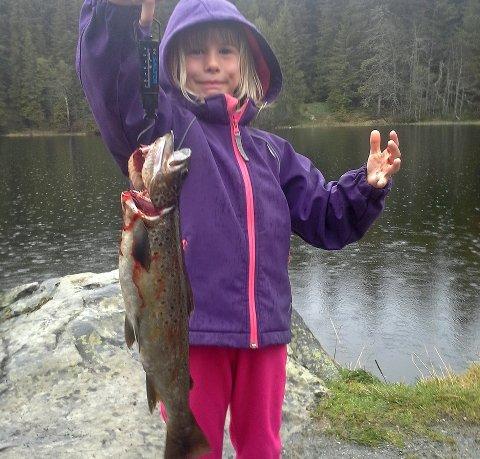 SE, SÅ STOR FISK: Kajsa Engevold Mikkelsen (6) fra Saksumdal vant GDs fiskekonkurranse denne uka med en ørret på nøyaktig ett kilo.Foto: Privat