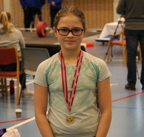 FØRSTE KONKURRANSE: Tonje Stava fra Slåttevik i Tysvær deltok lørdag i Vestlandsmesterskapet i vektløfting. Det var hennes første konkurranse - to måneder etter at hun begynte med idretten. Foto: JOAKIM ELLINGSEN