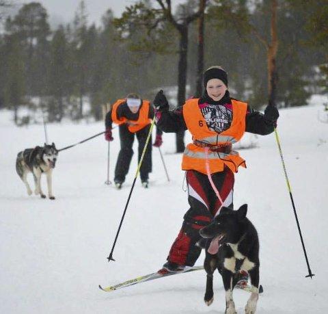 I løypa: Mosjøen hundekjørerklubb arrangerte sitt løp på Sjåmoen sist helg i «fire årstider». Her er en fornøyd Maja Ånes foran Anette Trøstholm i løypa.foto: marthe øksne