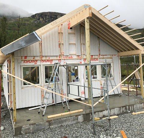 Reist: VJFF sin nye hytte ved Krutvatnet er ferdig reist. Nå gjenstår det er bare småting.