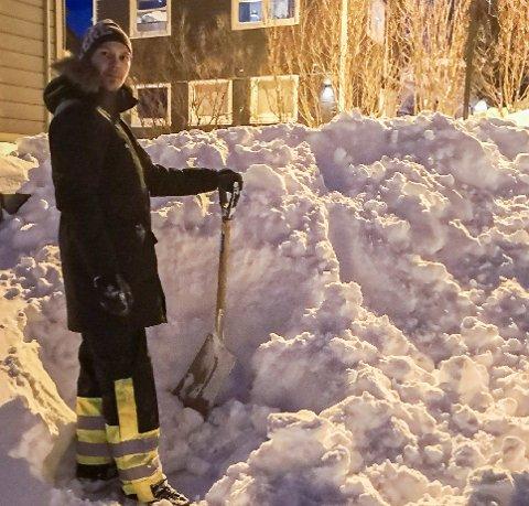 HENSYN: - Når det snør så mye som det gjør nå, bør alle være nøye med å ikke proppe andres oppganger fulle av snø, sier Hermod Samuelsen.