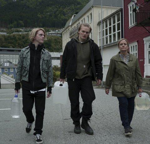 Hovudrolle: Magne (David Stakston), i midten, er hovudkarakteren i Ragnarok. Til venstre er bror Laurits (Jonas Strand Gravli) og mor Turid (Henriette Steenstrup) til høgre.foto: Netflix