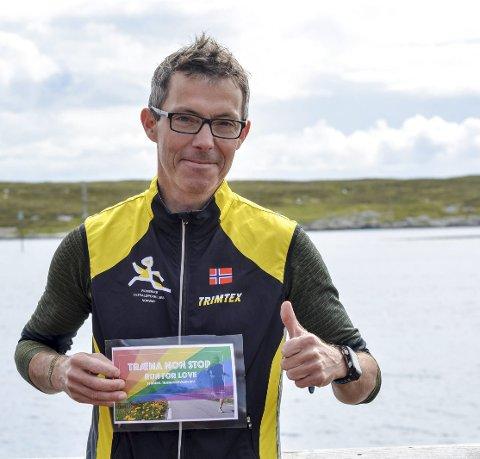 LØp: Arne «Ultra-Arne» Martinus Linstad løper døgnet rundt for Træna Pride. Foto: Kristian Rødvand