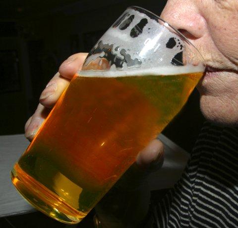 REGELEN DU MÅ KUNNE: Skal du få tilgang til edle dråper som i dette glasset i kveld, må du huske at utestedene ikke har lov til å slippe inn nye gjester etter midnatt.