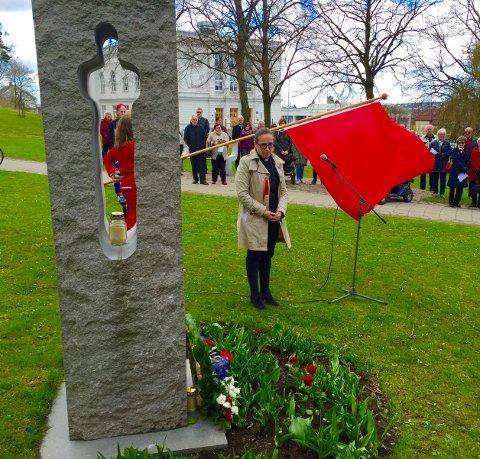 BEKRANSNING: Prest Ragnhild Hansen la ned krans ved minnesmerket for ofrene 22. juli.