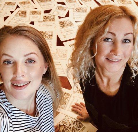 UTMERKELSER: Mor og datter Jeanett og Marion Haslien har mottatt godt over 100 utmerkelser de siste åtte årene. Utmerkelsene fyller gulvet i fotostudiet bak dem.