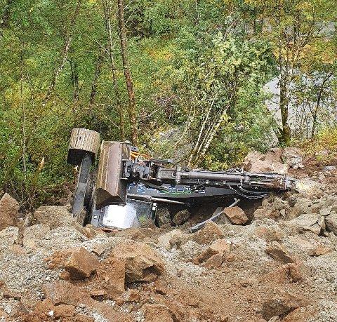 VELTA: Gravemaskina velta nedover skråningen, men det gjekk heldigvis bra med maskinføraren.