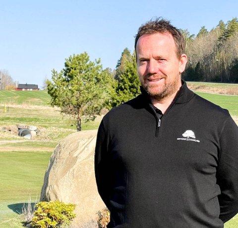 SOL OG SMIL: Daglig leder Logan J. Ferguson i Nøtterøy Golfklubb inviterer til åpning av golfbanen fredag. Regnskapstallene fra i fjor er svært hyggelig lesning for klubben.
