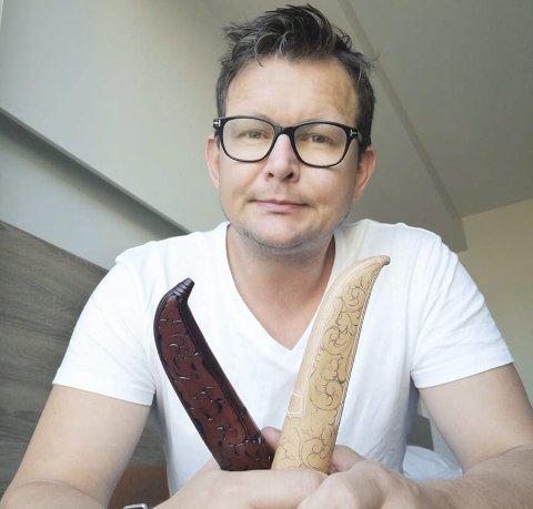 «Hekta» På kniv: Helge Røysland har opplevd at det å stadig utvikle seg som knivmaker omtrent har blitt «avhengighetsskapende». Han synes det er gøy å hele tiden lære nye ting, og ikke minst sammenlikne resultatene fra de aller første knivene han laget og til resultatene han får til nå.