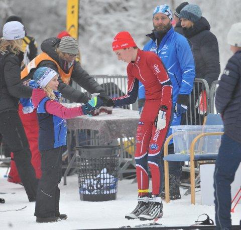 VÆR SÅ GOD: Simen Gløgård Stensrud ser ikke ut til å trenge noen styrkedrikk i år heller. Seiersrekka fra sist vinter fortsetter.