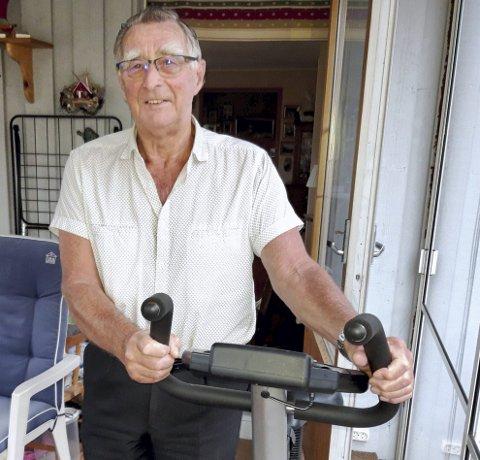 TRENER: Even O. Jensen tar jevnlig treningsøkter på sin ergometersykkel i boligen på Gressvik. FOTO: GLØV