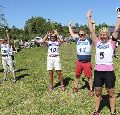 VARMER OPP: Bjørg Brustad (t.v.), Eva Gundahl, Erik Staavi og Hanny Gundahl varmer opp før den store styrkeprøven Vestmarka rundt.