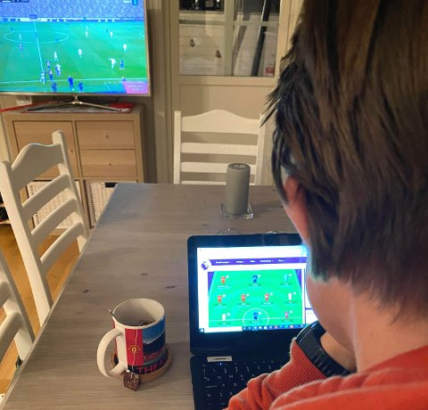 TAR PLASS: Premier League Fantasy er blitt en hobby som gjør at Kjetil Gerhardsen og samboer Anne må ha to tv'er i huset.