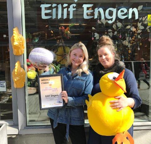 Eini Louise Hovengen og Hedvig Dahl mottok pris for beste påskebutikk som ble Gullsmed Engen.