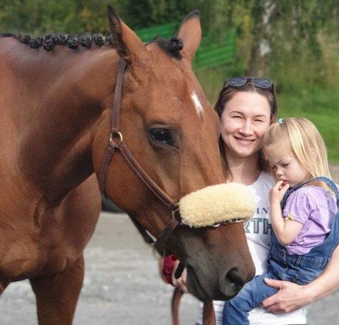 HESTEJENTE: Fritiden til Alexandra brukes gjerne med barna Johanna (3) og Edwin (5), og hesten Cash.