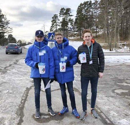 SAMLER INN: Kristoffer Berger (15 år) (fra venstre), Henrik Løwengreen Ohlgren (15 år) og Elias Bukhom Møgedal (15 år)