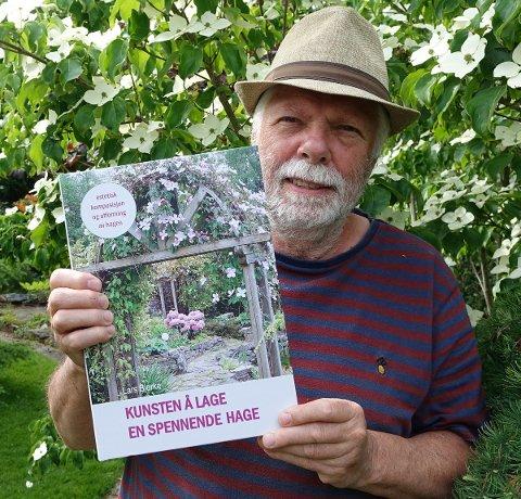 HAGEPARADIS I SOMMERPARADIS: Lars Bjerke har skrevet en hagebok for dem som er interessert i hage utover luking, beskjæring, gjødsling, robotklipper, trampoline og tujahekk. Han forteller i boka hvordan han og kona Eirin har brukt kunsteriske komposisjonsprinsipper til å utvikle hagen sin til et lite paradis i Sponvika.