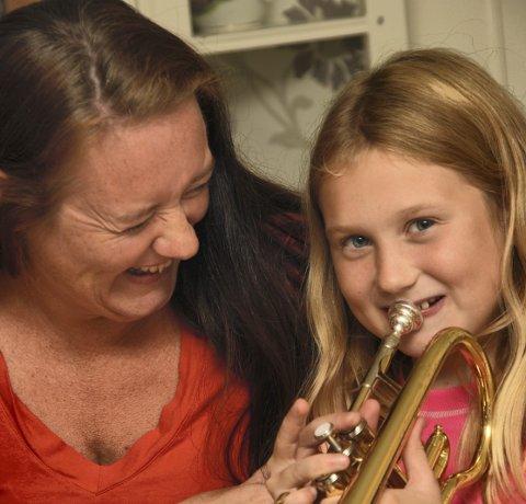 Har det moro: Det blir mye latter og glede mellom mor og datter på hjemmeøvelser.