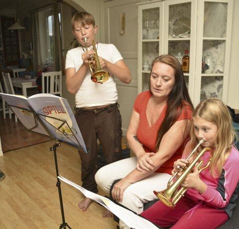 Hjelper: Mamma Helene pleier å hjelpe barna Matheus og Antonie når de skal øve.