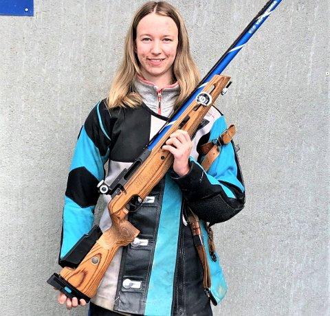 HELT TOPP: Rakkestad-jenta Kine Saksæther Andersen smalt til med maksimale 350 poeng i en serie der 30 av de 35 skuddene ikke bare var blink - men innertreff i tillegg. Det var nye personlig rekord for skytetalentet som junior og et resultat helt i toppklasse. FOTO: PRIVAT