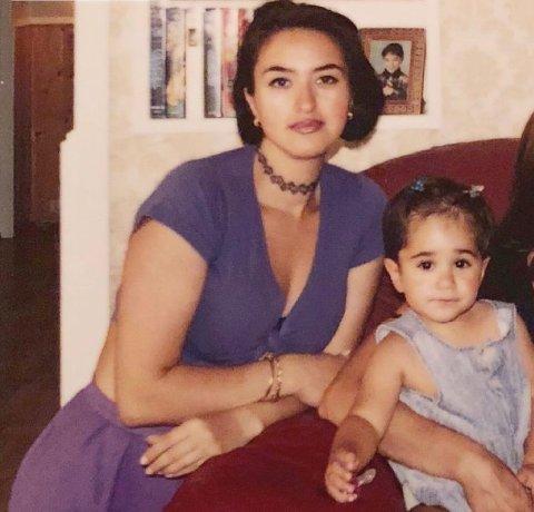 ER BLITT 23 ÅR: Den lille jenta til høyre i bildet har blitt 23 år og er for tiden blant landets største artister. Kvinnen på bildet er moren hennes.