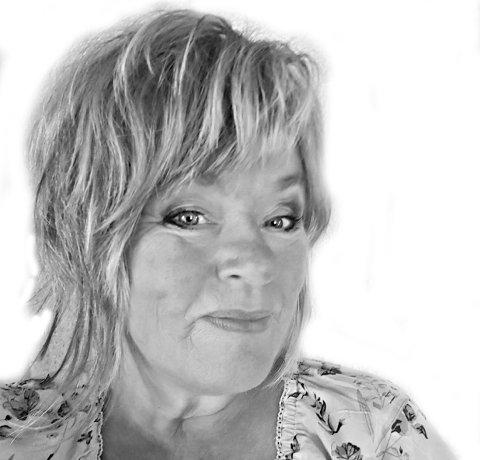 Anne Vik Aurgjelding som er utdannet Journalist og har landbruksutdanning. Bodd noen år på Østlandet før hun flyttet hjem og tok over farsgården. Driver gård med sau, høns og småskalaproduksjon av grønnsaker, Arbeider som buss sjåfør i Tide buss og tar på seg noen frilansoppdrag.