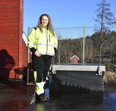 Tvedestrands drikkevann: Avdelingsingeniør Anna Goralska sier hele høydebassenget nå skal tømmes for vann for å finne forurensingskilden. Til høyre bassengets inspeksjonsluke.Foto: Olav Loftesnes