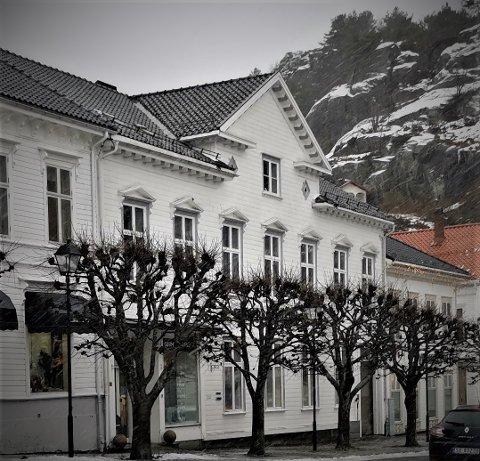 Sparebanken Sør ønsker å utnytte arealet i bygget 2. etasje og loftet til to vertikaldelte leiligheter.