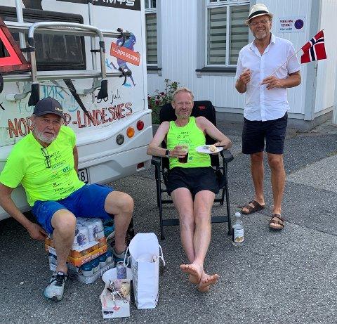 FULL JUBEL: Cato Thunes stilte opp med både flagg, bløtkake og øl da ultraløper Simen Holvik og faren hans ankom Hokksund fredag kveld.