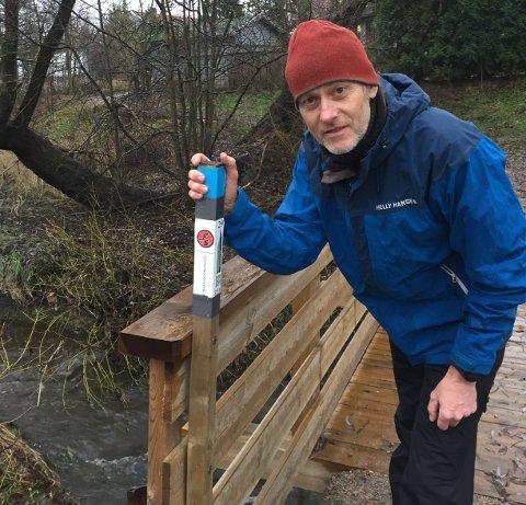 Øystein Ruud sjekker stolpen ved brua over Veumbekken. Lørdag er siste dagen i årets Stolpejakten.