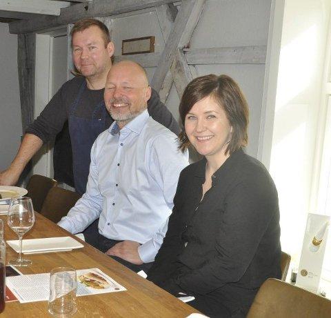 TURISME: Næringssjef Sigve Olsen (i midten) inviterer reiselivsnæringen til møte. Her sammen med Bjørg-Elin Kärn (Lofoten Matpark, og kokk Roy-Magne Berglund (t.v.) i forbindelse med turistsatsing på Ballstad.