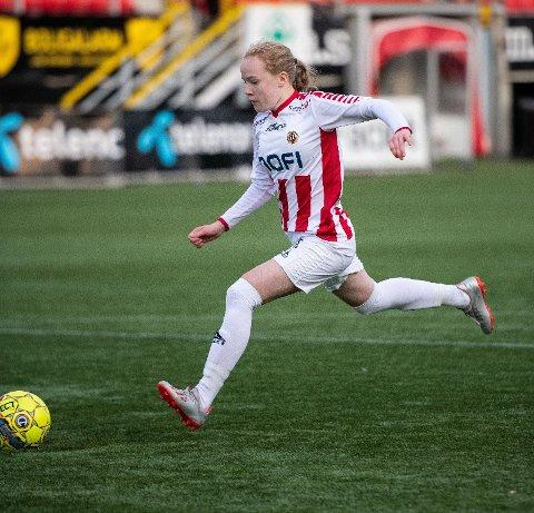 SKAL FORSKES PÅ: Nå skal kvinnelige fotballspillere forskes på. Her er Ina Birkelund i aksjon for TIL sitt damelag.