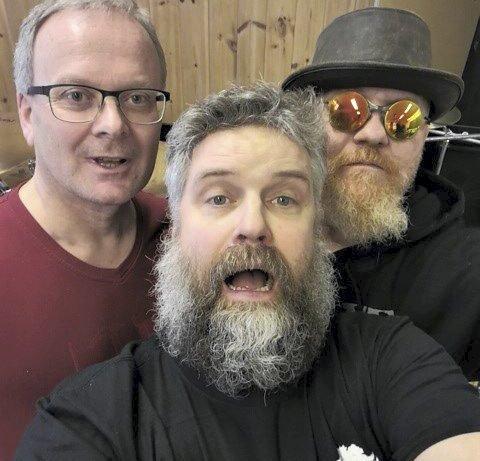 TRE karer: Frank Eggerud, trommer, Bjørge Furø Lie, bass og Frank Nielsen, vokal og gitar utgjør ZZ Top-tributebandet Res Hombres. Trioen holder til på Bøen skole i Austbygde.