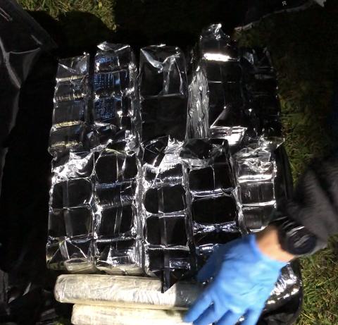 FULL AV HASJ: Slik så det ut da tollerne åpnet den ene kofferten som var om bord i flyet. Foto: Tollvesenet