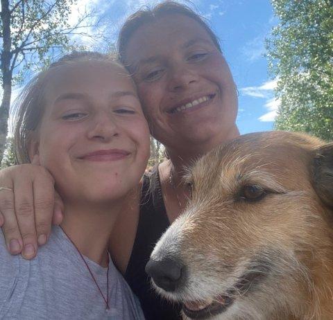 HÅPER FORTSATT: Therese Rismyhr Granås håper fortsatt å få tilbake den rømte gullfasanen. Her sammen med datteren Tina Marie og hunden Misty.