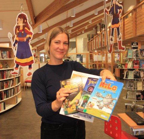 Anita Thorbjørnsen vil gjerne at flere barn skal melde seg på, og viser frem populære bøker blant barn. Foto: Alexandra Mieszkowska