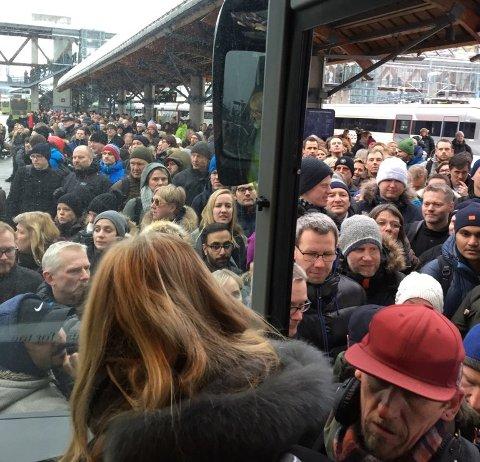 KAMP OM PLASSENE: Slik ser det ut på Asker stasjon, der reisende kjemper om å få plass på bussene som er satt opp.