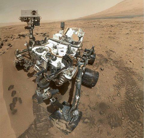 """MARS: Letefarkosten """"Curiosity"""" har sendt dette selvportrettet av seg fra planeten Mars. Trykksensoren fra Memscap på Skoppum som konstaterer at det er vann der oppe lever fortsatt sammen med kjøretøyet."""