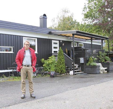 PROBLEMER I ESKEVIKEN: Johan Spørck Thoresen står utenfor familiens hus i Eskevikveien 54. Hver gang det regner kraftig i Halden, blir Spørck Thoresen bekymret for hva slags hus han har å komme hjem til.ALLE FOTO: Morten Ulekleiv