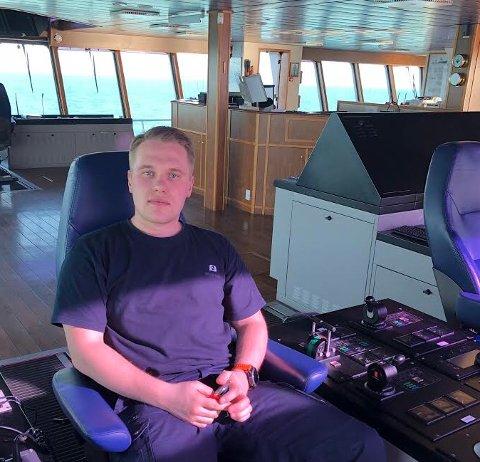 LANGE DAGER: Førstestyrmann Oscar Wee (26) er forberedt på at det vil bli mange lange dager med store, endeløse havstrekk. Her sitter han oppe i styrehuset.