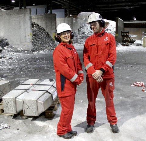 HÅPET LEVER: Fabrikksjef Anneli Nesteng og produksjonssjef Jan Gaasholt viser fram bedriftens mottak og nedsmelting av aluminiumsskrap. Foto: Lars Ivar Hordnes