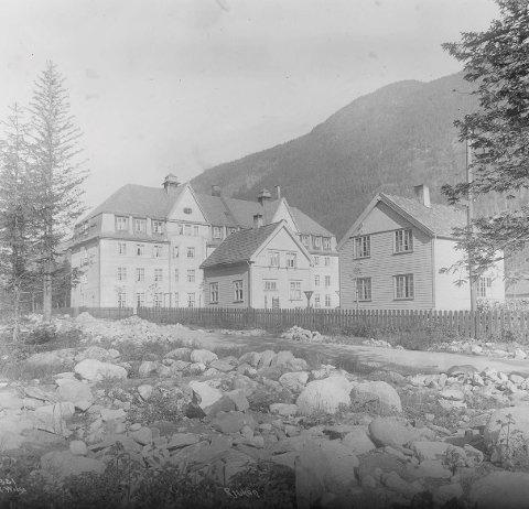 """Mannheimen:  I 1913 vedtok Norsk Hydro at det på tomten """"Ingolfslandsletten II"""" i Egnehjembyen skulle oppføres et stort pensjonat for ungkarer av arbeidere og lavere funksjonærer. (foto Wilse/Nasjonalbiblioteket)"""