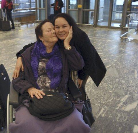 Solveig og Bente på Gardermoen før avreise til Sveits. Foto: Privat