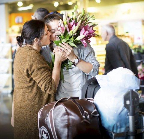 Rosa liljer i en ankomsthall. Det kan ikke bli mer klassisk. Blomstene er fra en mor til en datter. Neila Ivanauskaite har vært utvekslingsstudent i Spania i ett år og møtes av en gråtende mamma Dijjana.