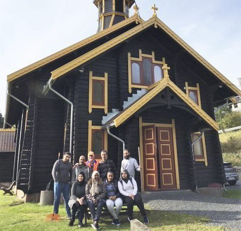 BIDRAG: Denne gjengen har sørget for ekstra fin kirkegård på Filtvet gjennom sommeren. Foto: Solveig Granli