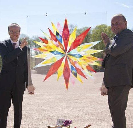 Gave til kongen: Daglig leder Will Browne (t.v.) og Ola Henningsen med stjerna utenfor Slottet. Alle foto: Privat