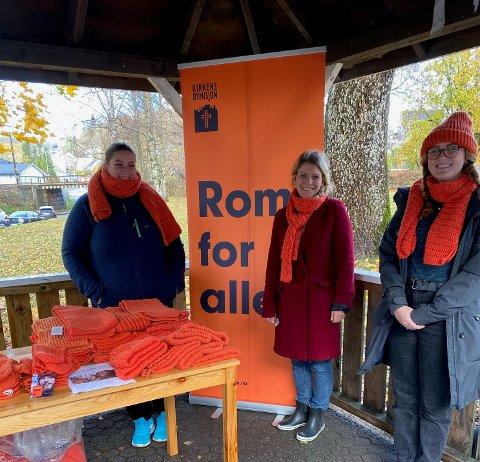 VARME: Kirkens Bymisjon vil at de oransje plaggene skal minne folk på at det lever mange mennesker i byene som trenger å kjenne på varme og inkluderende fellesskap. Fra venstre: Silje Larsen, Sunniva Straand Rørvik og Vilde Rønningen.